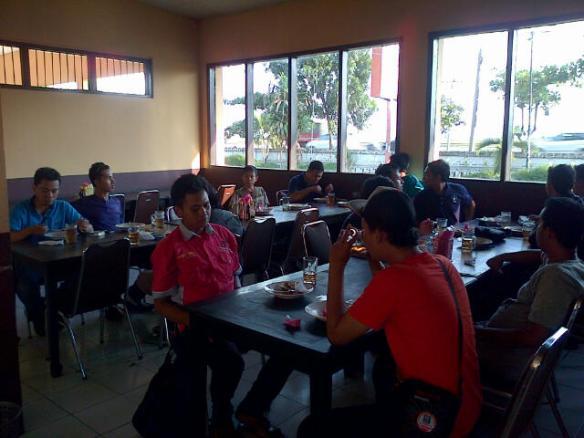 Menikmati Makan Siang di RM Taman Sari II, Pamanukan