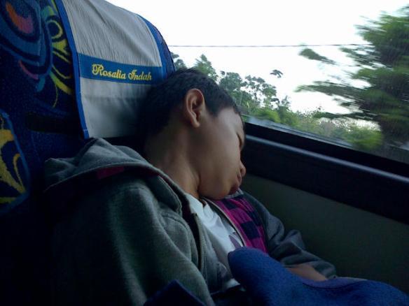 My litle brother, lelah setelah menempuh perjalanan Jakarta - Wonogiri - Solo - Jember